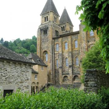 Abbatiale Saint-Foy et vitraux de Soulages
